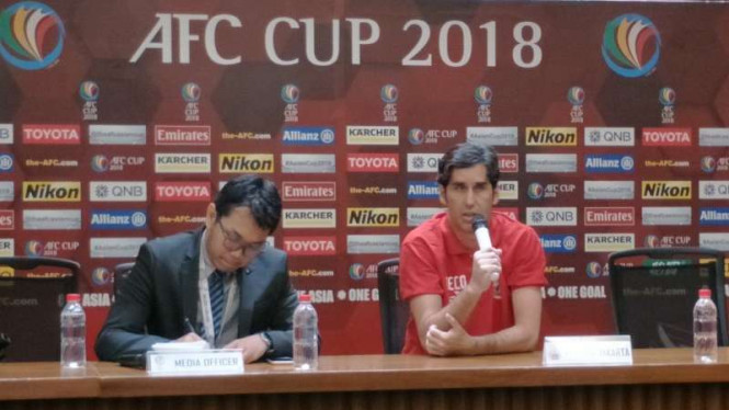Pelatih Persija Jakarta, Stefano Cugurra Teco (tengah)
