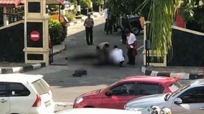 Dua mayat di gerbang Mapolda Riau.