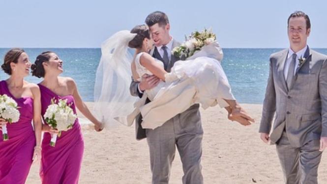 Ilustrasi pengantin dan pengiringnya