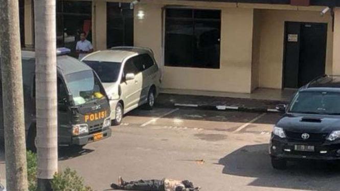 Satu mayat di halaman Mapolda Riau, Rabu, 16 Mei 2018.