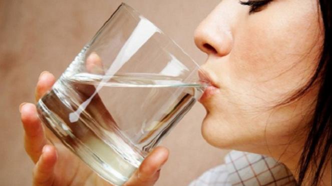 Minum air.