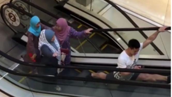 Orang menggunakan eskalator
