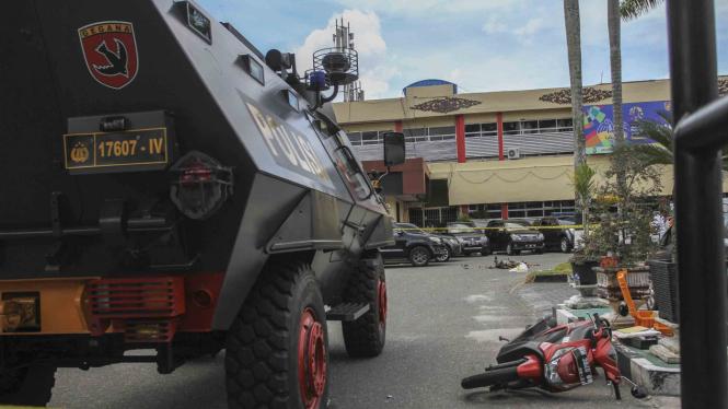 Suasana di lokasi penyerangan di jalan pintu masuk Polda Riau di Pekanbaru, Riau