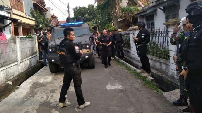 Tim Densus 88 menggerebek rumah terduga teroris di Gang Delima, Kuciran Mas, Kota Tangerang, Banten, pada Rabu, 15 Mei 2018.