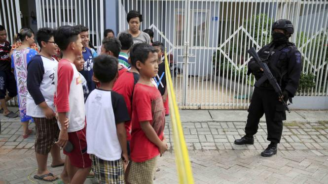 Anggota Densus 88 berjaga di lokasi penggerebekan teroris di Surabaya