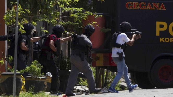 Sejumlah anggota Densus 88 bersiaga di lokasi penggerebekan teroris di Surabaya