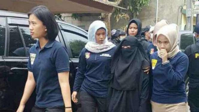 Istri terduga teroris turut diamankan di Tangerang, Rabu, 16 Mei 2018.