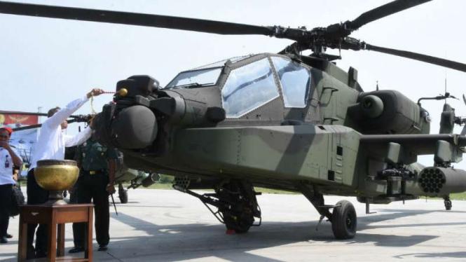 Helikoter baru jenis Apache AH 64E diserahterimakan dari Kementerian Pertahanan kepada TNI Angkatan Darat di Pangkalan Udara Ahmad Yani, Semarang, Jawa Tengah, pada Rabu, 16 Mei 2018.