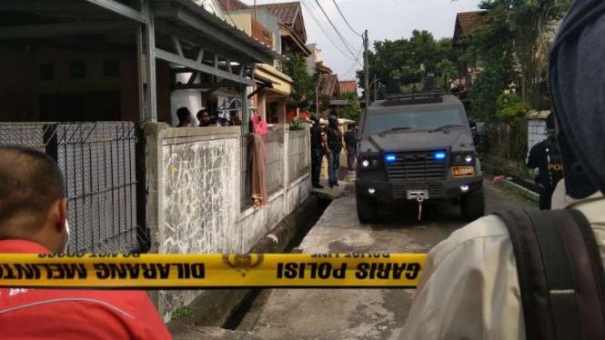 Tim Densus 88 menggerebek rumah terduga teroris di Jalan Gempol, Kunciran, Tangerang, Banten, pada Rabu, 15 Mei 2018.