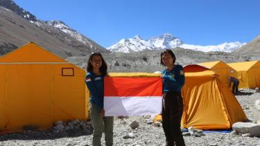 Fransiska dan Mathilda di Puncak Everest
