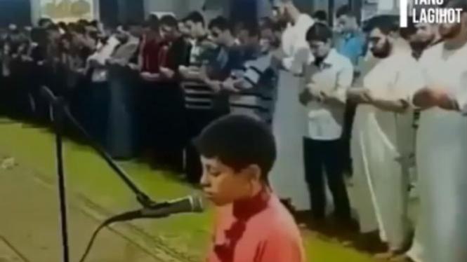 Anak jadi imam salat.