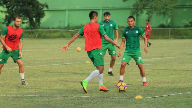 Para pemain PSMS Medan berlatih di Stadion Kebun Bunga