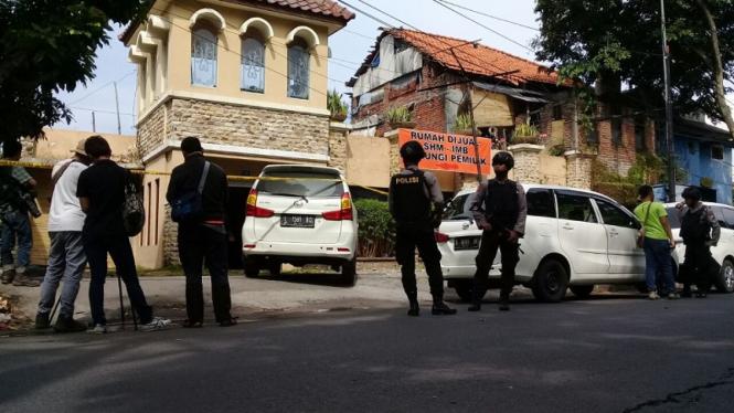 Densus 88 Polri menggeledah rumah di Dukuh Pakis, Sidoarjo