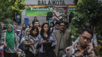 Sejumlah Pegawai Negeri Sipil (PNS) saat pulang kantor dari Balai Kota beberapa waktu lalu.