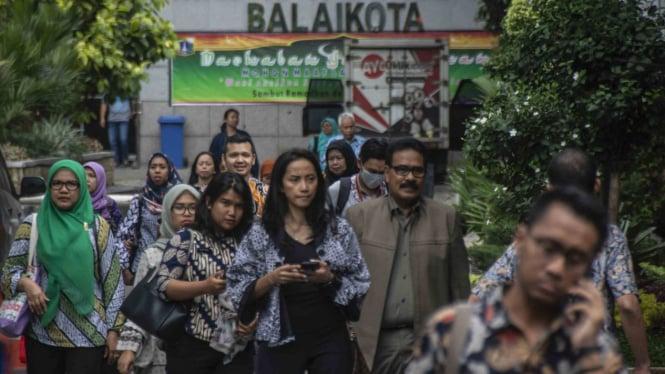 Sejumlah aparatur sipil negara (ASN) pulang kantor dari Balai Kota.