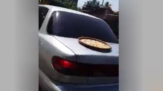 Mobil bawa rengginang.