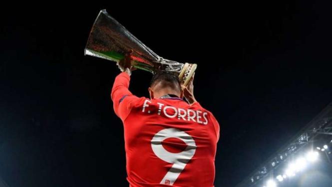 Penyerang Atletico Madrid, Fernando Torres mengangkat trofi Liga Europa