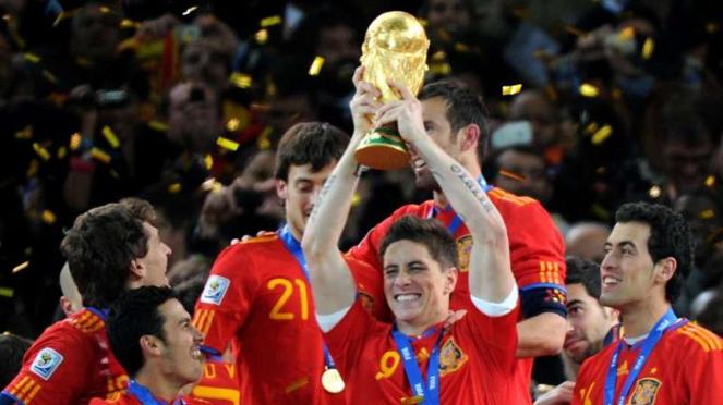 Fernando Torres mengangkat trofi Piala Dunia 2010 bersama Timnas Spanyol