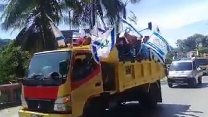 Serombongan orang bawa bendera Israel di Papua