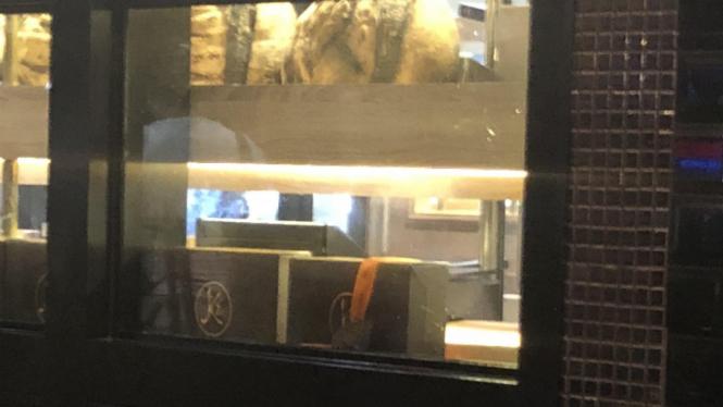 Seekor tikus terlihat lalu lalang di sebuah toko kue ternama di Jakarta.
