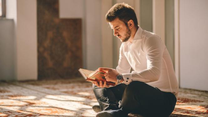 Ilustrasi pria di masjid.