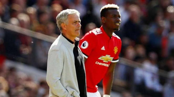 Jose Mourinho (kiri) dan Paul Pogba (kanan)