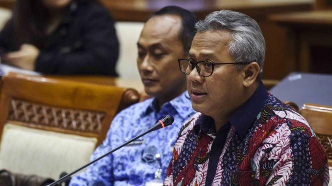 Ketua Komisi Pemilihan Umum (KPU), Arief Budiman (kanan)