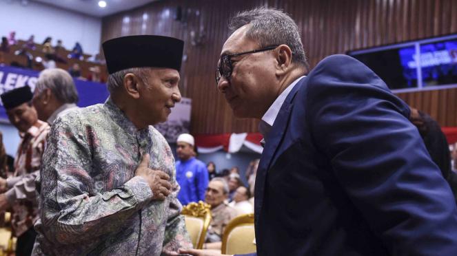 Ketua Umum PAN Zulkifli Hasan (kanan) berbincang dengan Amien Rais (kiri)