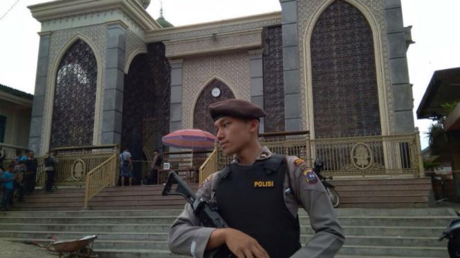 Polisi mengamankan paket diduga bom di masjid. (Foto ilustrasi).