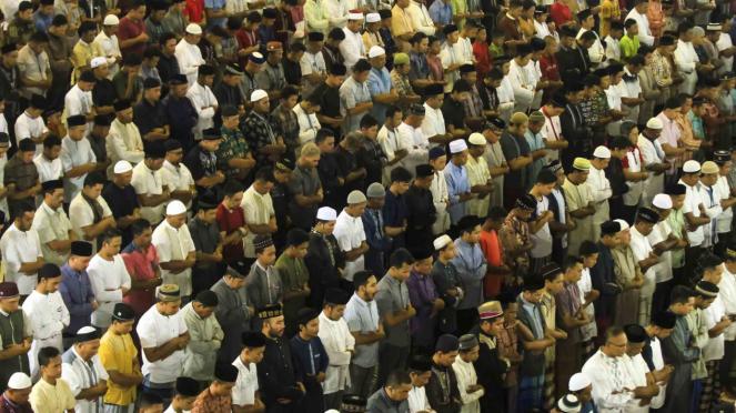 Sorot ghirah - Umat muslim melaksanakan salat tarawih pertama di Masjid Al Markazur Islamic Lhokseumawe, Aceh