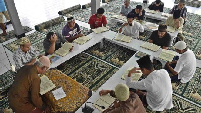 Sorot ghirah - Umat muslim membaca (tadarus) Al Quran