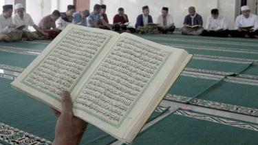 Sorot ghirah - Umat muslim melakukan ibadah ramadan dengan membaca Alquran
