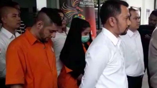 Dhawiya dan Muhammad saat digelang ke Kejari Jakarta Timur.