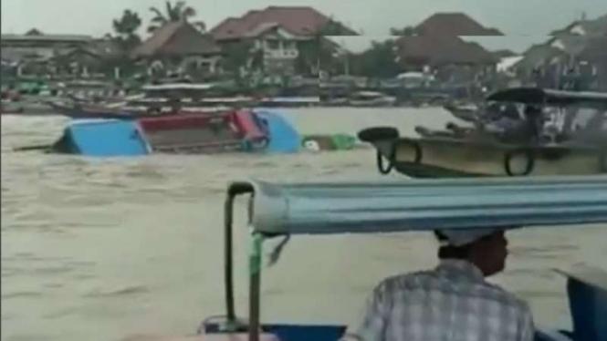 Speedboat yang tenggelam usai tabrakan di Sungai Musi.