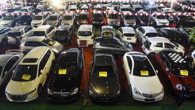 Mobil bekas yang dijual pada ajang Bazaar Mobil Bekas di JX International Convention Hall, Surabaya, Jawa Timur