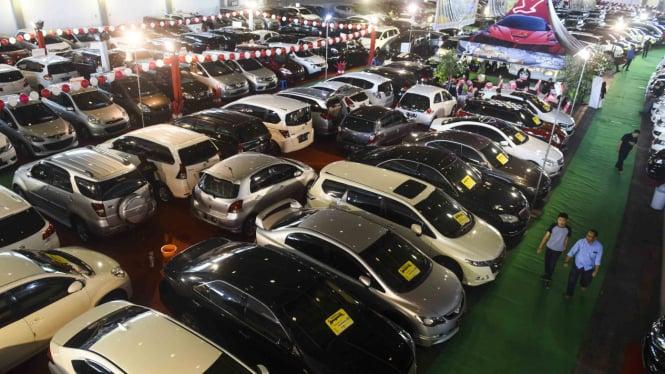 Sorot Mobil Mudik - Mobil bekas yang dijual pada ajang Bazaar Mobil Bekas di JX International Convention Hall, Surabaya, Jawa Timur
