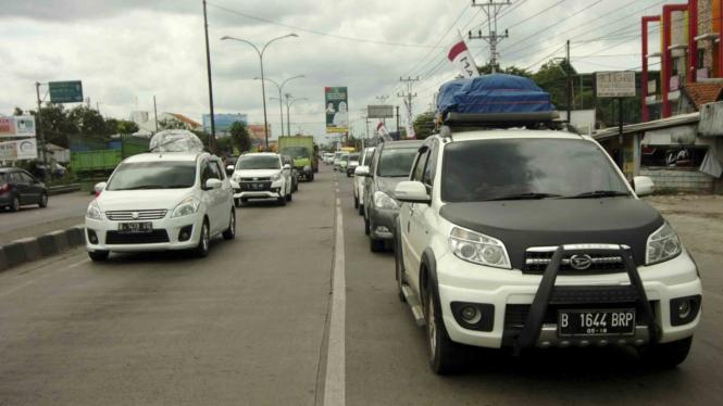Ilustrasi kendaraan pemudik melintas di Jalur Pantura, Tegal, Jawa Tengah.