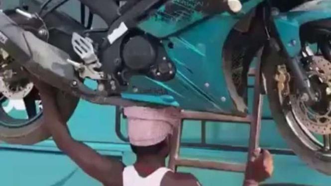 Pria angkut motor Yamaha R15 pakai kepala