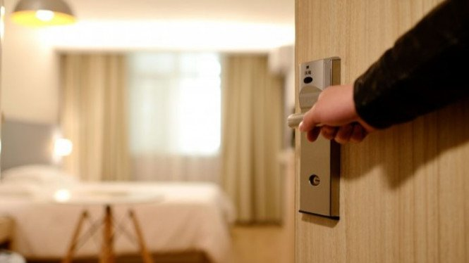 Menyewa kamar hotel.