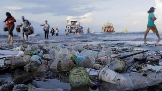 Sampah limbah plastik di pinggir pantai.