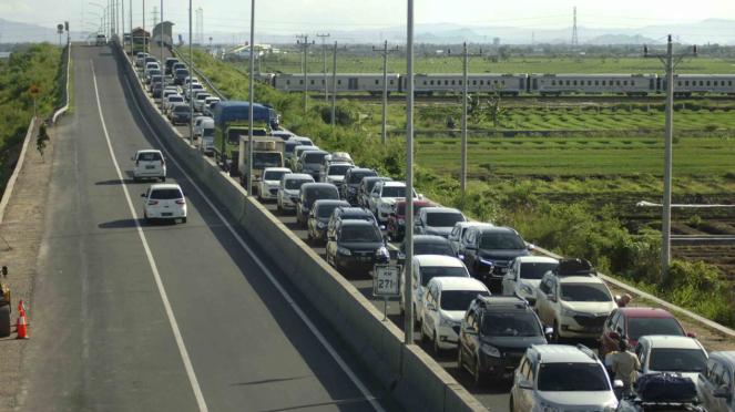 Sorot Jalur Mudik - Arus lalu lintas di pintu keluar tol Brebes Timur (Brexit)