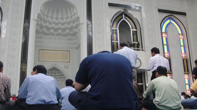 Ilustrasi ibadah di masjid.