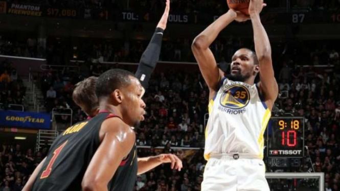 Aksi bintang Golden State Warriors, Kevin Durant, di laga kontra Cavaliers