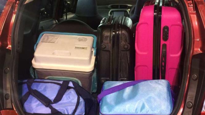 Ilustrasi bagasi mobil penuh barang