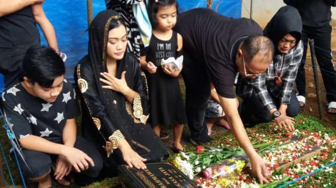 Keluarga ziarah ke makam Julia Perez