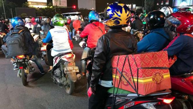 Pemudik bermotor saat melintas di Kota Bekasi.