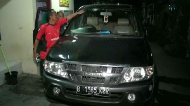 Mobil Isuzu Panther terkena lemparan batu di Tol Jagorawi, Jakarta Timur