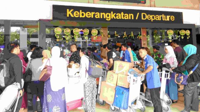 Pemudik di Bandara Halim