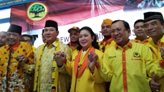 Siti Hediati Hariyadi (kedua dari kanan) dalam deklarasi bersama para petinggi Partai Berkarya pimpinan Tommy Soeharto di Kemusuk, Kabupaten Bantul, DI Yogyakarta.