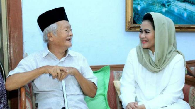Calon wakil gubernur Jawa Timur, Puti Guntur Soekarno, menemui sesepuh Muhammadiyah bernama Abdul Muchid Jailani di Jombang pada Senin, 11 Juni 2018.